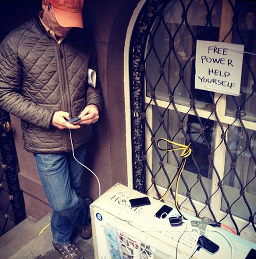 New Yorkers show love by setting up a free power station for those without
